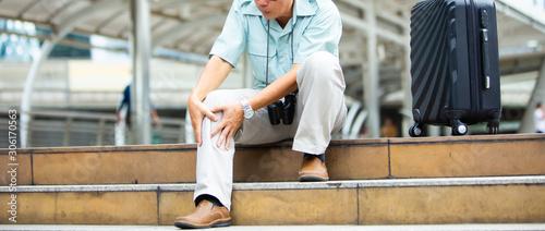 Photo unhappy senior man suffering from knee ache