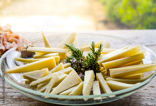 Photo cheese wedges on a plate slices of pecorino