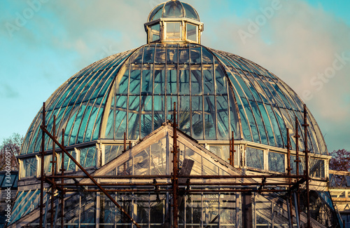 Slika na platnu dome of abandoned glass house
