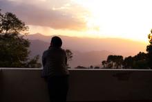 夕日と旅行客