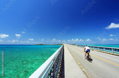 Photo OKINAWA  沖縄 宮古島 池間大橋を疾走するロードバイク JAPAN