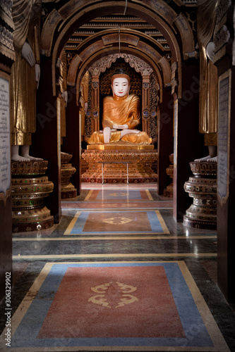 Foto Buddha statue in the Moehnyin Thanboddhay Pagoda near Monywa, Myanmar
