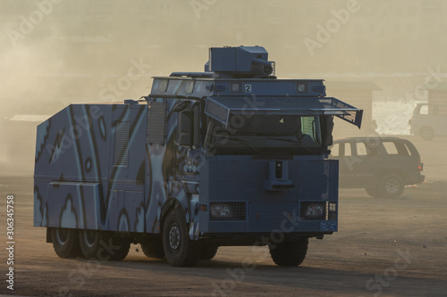 Photo  Military police vehicles enforcing law and order in protest, war, and conflict d