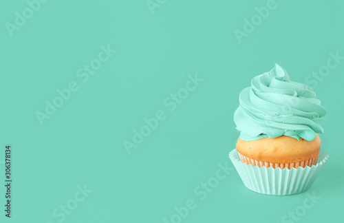 Tasty cupcake on color background фототапет