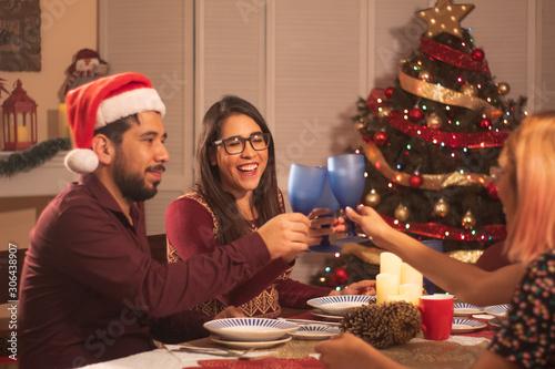 jóvenes mexicanos cenando en fiesta de navidad Canvas Print