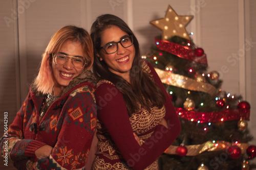 Photo Amor entre hermanas con arbolito de navidad