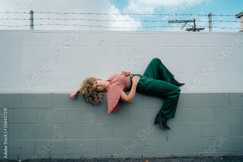 Fotomural woman posing for fashion shoot
