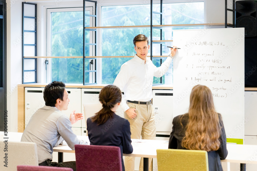 Fototapeta 教室で英語を教える男性(日本語・英語)