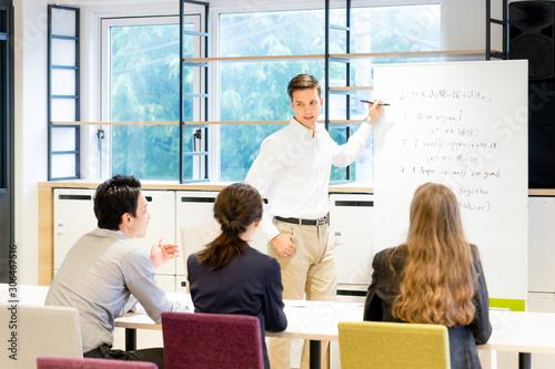 Fotomural 教室で英語を教える男性(日本語・英語)