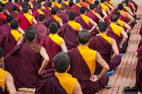 Fotografia Buddhist Monks reading scripture in a monastery.