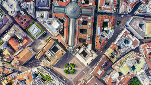 Fototapeta premium Mediolan, Włochy. Galeria Wiktora Emanuela II 1865-1877 rok budowy. Widok z lotu ptaka na dachy miasta, widok z lotu ptaka, STRZAŁ GŁOWY
