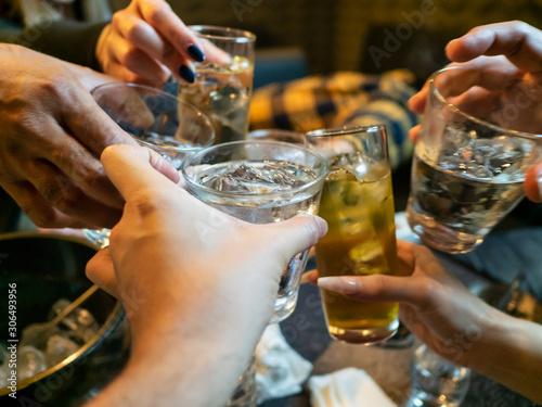 Fotografie, Tablou  接待で行ったスナックバーでホステスとお酒のグラスで乾杯