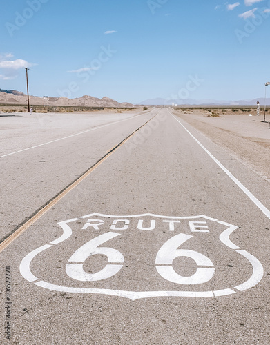 Photo Route 66 sign on empty desert, Amboy in California, USA