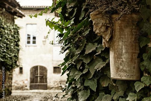 Fotografering Statua in legno intagliato e borgo medievale torino