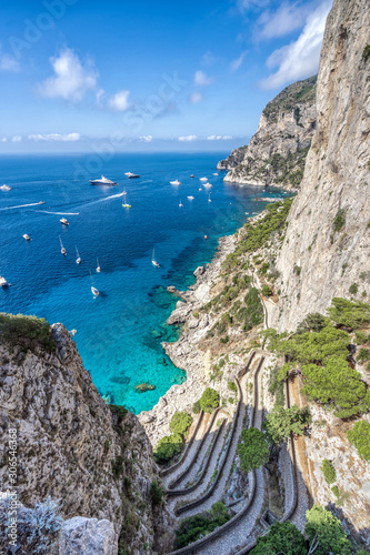 Photo Switchback paved footpath and Tyrrhenian sea view from Garden of Augustus in Cap