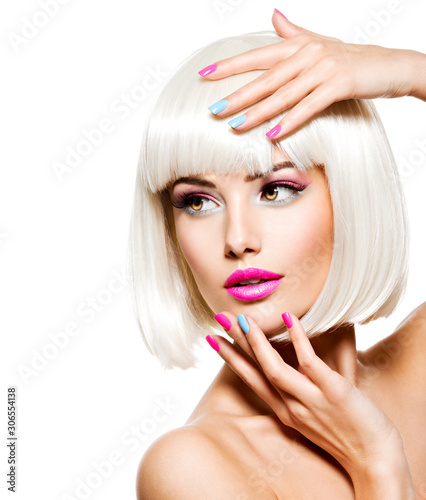 Fotografia Face of a beautiful woman with pink lips with multicolor nails.