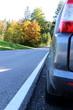Auto parken am Straßenrand, Auto fahren im Herbst, Straßenverkehrsordnung