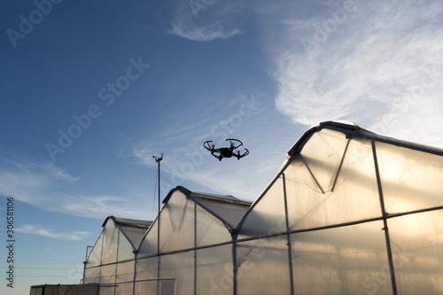 Photo Dron inspeccionado las cubiertas de los invernaderos