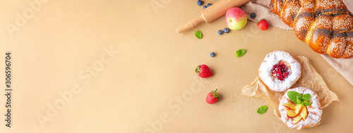 Sweet pastry with fruits on color background Fototapete