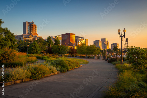 Fotografia South Waterfront Park in Downtown Portland, Oregon, USA during beautiful sunrise