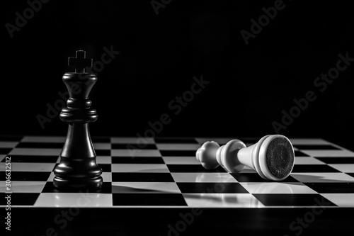 Photo  El rey y la reina sobre tablero de ajedrez en blanco y negro