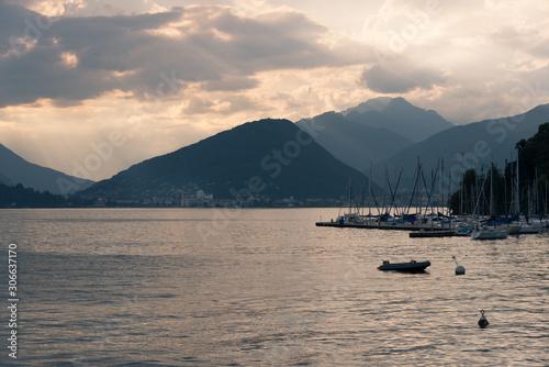 coucher de soleil sur le lac majeur et Luino en italie Canvas-taulu