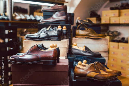 Obraz Men's shoes waiting for customers in store - fototapety do salonu