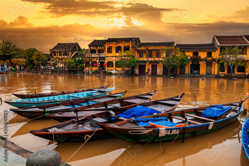 Traditional boats in front of ancient architecture in Hoi An, Vietnam Fototapete