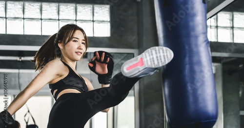 Foto Athlete woman doing kick boxing training