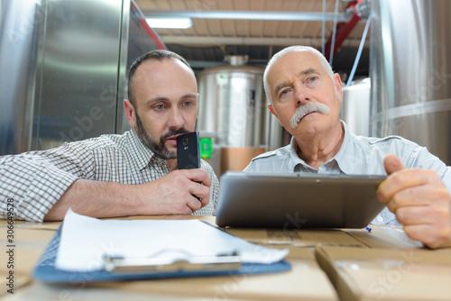 Fototapety, obrazy: brewery marketing team using a tablet