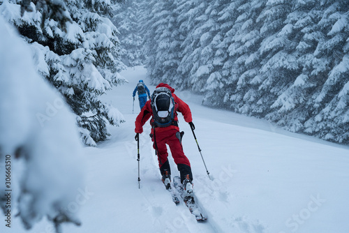 Photo Backcountry skiers in a storm