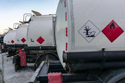 Camion cisterna de mercancias peligrosas