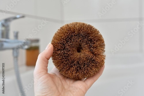 Photo Eco friendly, plastic free, biodegradable sponge scrub brush for cleaning, made from coconut, zero waste lifestyle