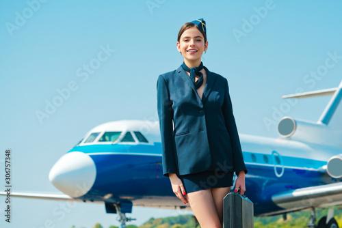 Photo Stewardess in blue formal wear going for landing