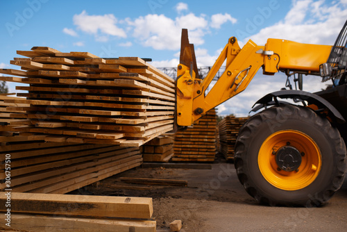 Obraz Forklift loads the boards in the lumber yard - fototapety do salonu
