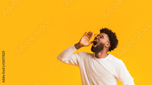 Valokuvatapetti African american man in glasses screaming with excitement