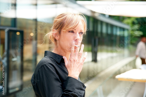 Fotomural Middle aged woman smoking cigarette