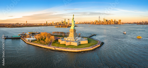 Aerial panorama of the Statue of Liberty in front of Jersey City and New York City skylines at sunset Canvas-taulu