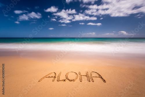Photo The word aloha written on the sand of a beach in Kauai, Hawaii