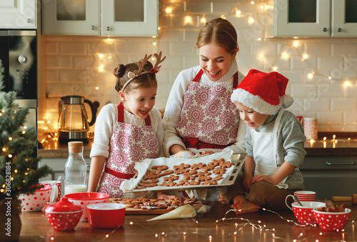 Autocollant pour porte Pain happy family mother and children bake christmas cookies.