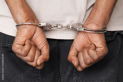 Fotografia Close-up arrested hands african man handcuffed