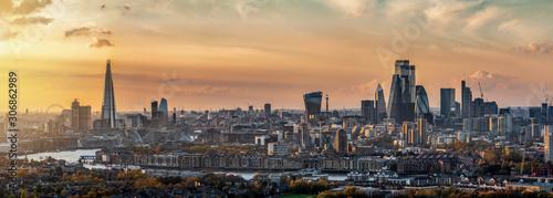Cuadros en Lienzo Weites Panorama der Stadtlandschaft von London, Großbritannien, während eines So