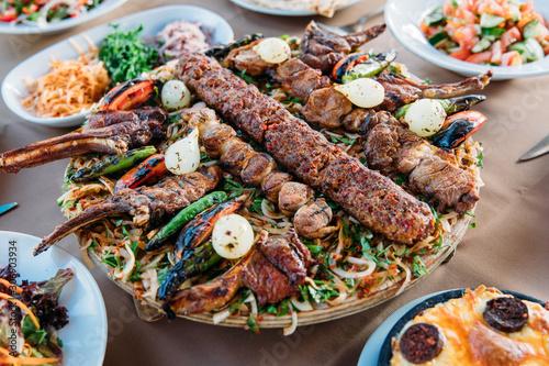 Photo Traditional Turkish Adana kebab or kebap meat food, appetizers, raki and salgam on table from top view in turkish restaurant