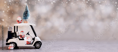 Foto  Christmas decoration with golf car on December.