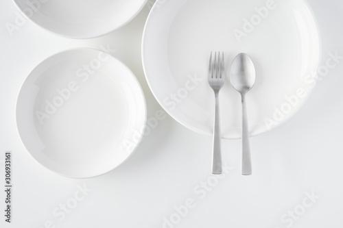 Obraz 白いお皿・フォーク・スプーン - fototapety do salonu