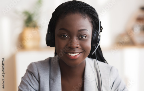 Fotografía Portrait of black smiling female call center operator in headset