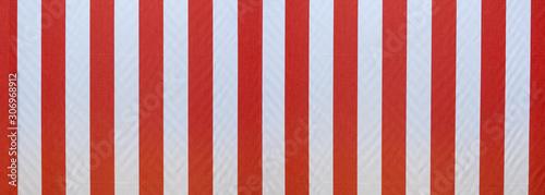 Canvastavla  Stoff einer vertikal rot weiß gestreiften Markise in Panorama Nahaufnahme