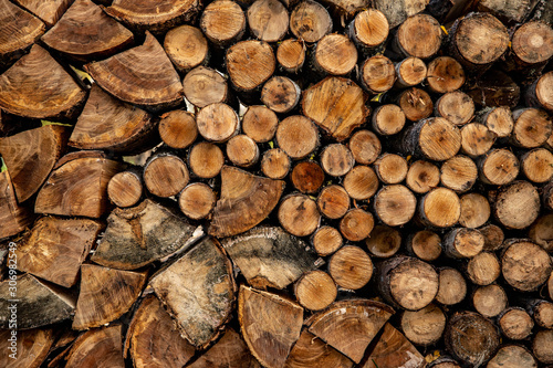 Photo sur Aluminium Texture de bois de chauffage neatly stacked chopped firewood, background image texture