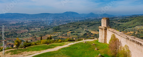 Photo Panoramic view of Umbria countryside with St Francis Basilica from Assisi ancien