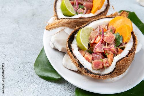 Wielkanocna wyspa Tahitian, hawajski tuńczyk Ceviche ze słodkimi ziemniakami w naturalnych talerzach kokosów bez zera